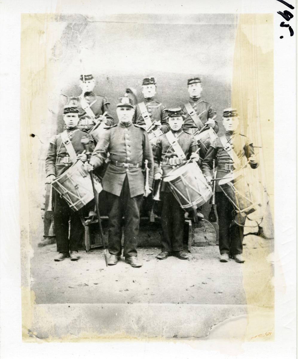 7 tamburer. Militæret