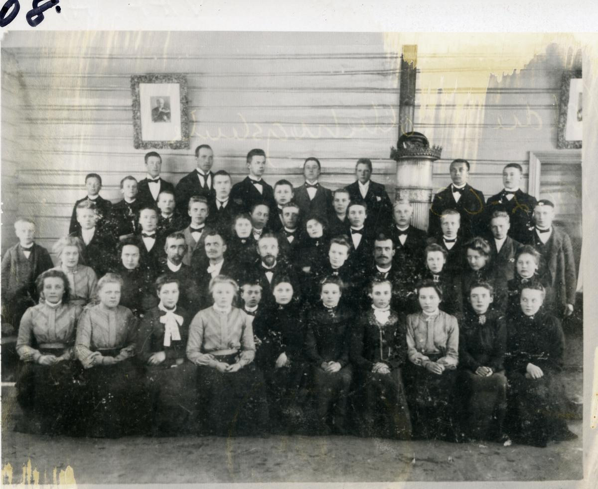 Gruppebilde av elever ved Valdres Folkehøgskule. Den gang var skolen på Løkjishuset i Vestre Slidre. 1902-1903