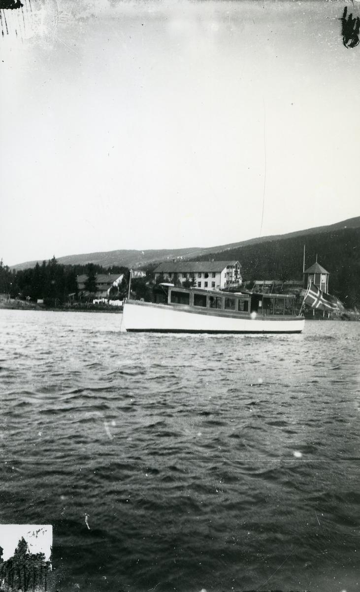 """Rutebåten  """"Falken"""" til ankers på Strandefjorden, utenfor Fosheim Hotell."""