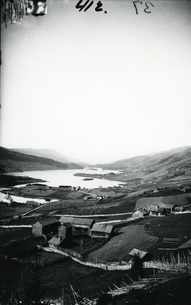 Ulnes, Nord-Aurdal. Mot nord. Ulneskyrkja til venstre. Granheimsfjorden midt i bildet.