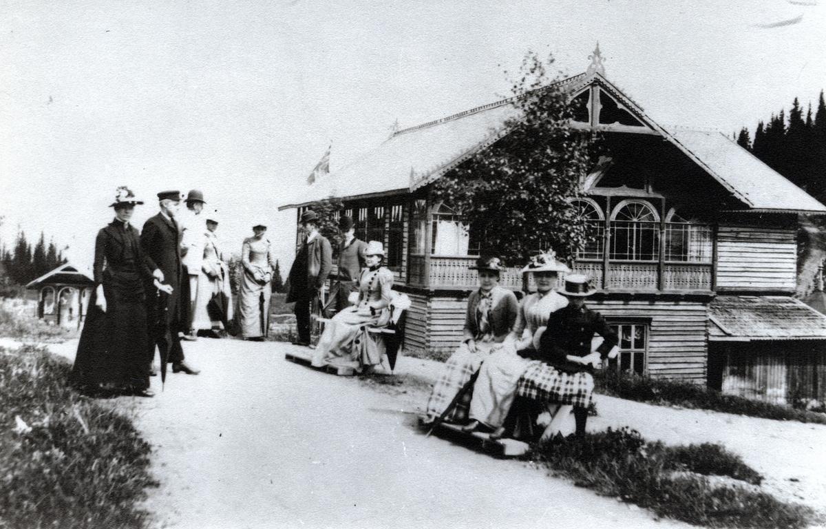 Mennesker foran bygning ved Tonsåsen Sanatorium