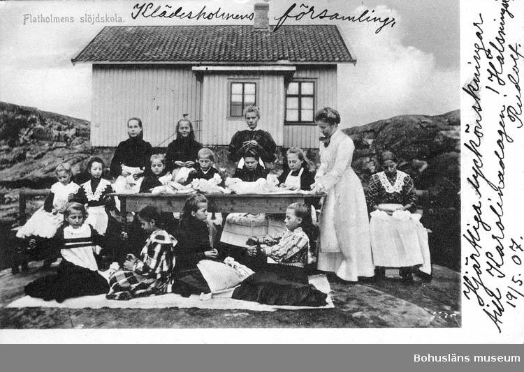"Text på kortet: ""Flatholmens slöjdskola""."