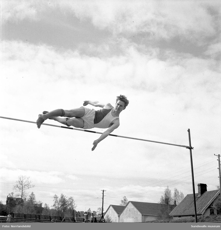 Folkskolans idrottstävling i Idrottsparken. Löpning, höjdhopp.