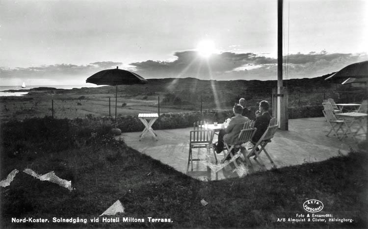 """Text på kortet:"""" Nordkoster. Solnedgång vid Hotell Miltons Terass""""."""