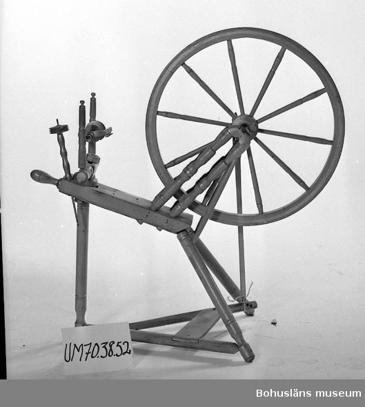 Funktion: För spinning av tråd. Ur lappkatalogen:  Spinnrock. Trä. En del delar försilvrade resten omålade. Total höjd: 1 m 2 cm. Hjulets mått: Bredd: 63 cm, pinnarna i hjulet: 24,5 cm, total bredd: 95 cm.