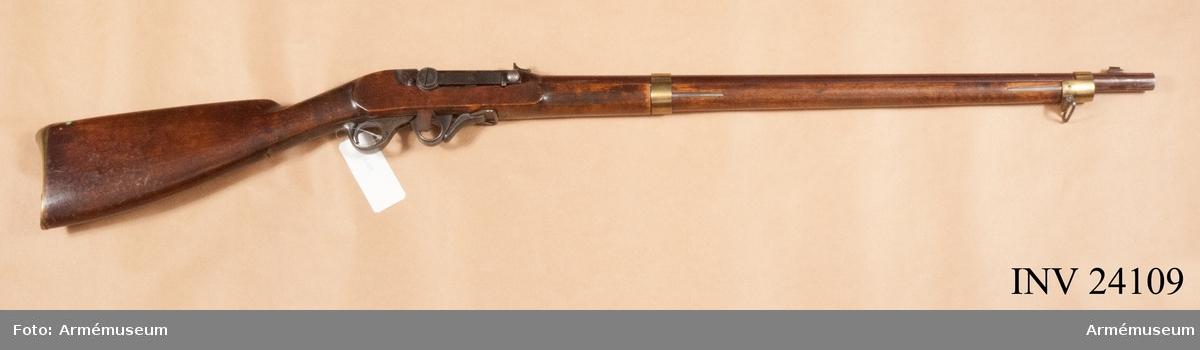 Grupp E II g. Gevär m/1851 med kammarladdning för flottan. Räfflat med slaglås för marinen, skottställd.  V. Feilitzéns kostr. (?)