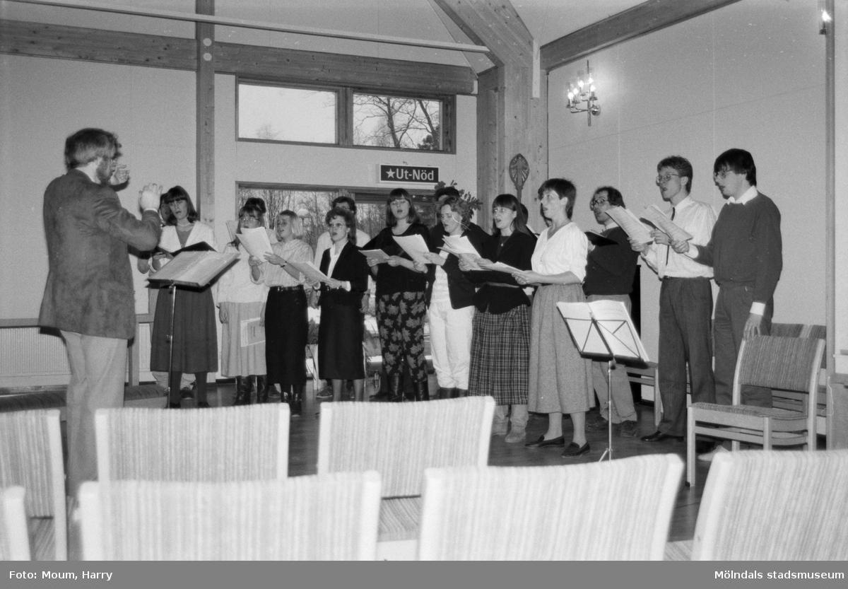 """Mölndals vokalensemble har konsert i Apelgårdens kyrka i Kållered, år 1985. """"Mölndals Vokalensamble bjöd på stämningsfull konsert.""""  För mer information om bilden se under tilläggsinformation."""