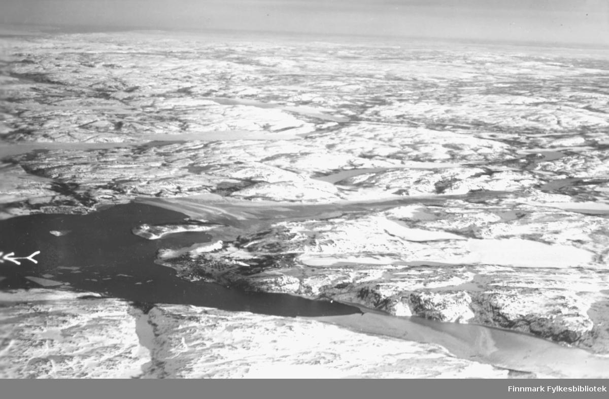 Flyfoto av den indre del av Bøkfjorden med Kirkenes i 1935.  Bak flybildet er det blitt skrevet informasjon. Foto: Garnisonsvingen, lnt. Bodin. Klokkeslett: 14:50, Kamera: Zeiss.