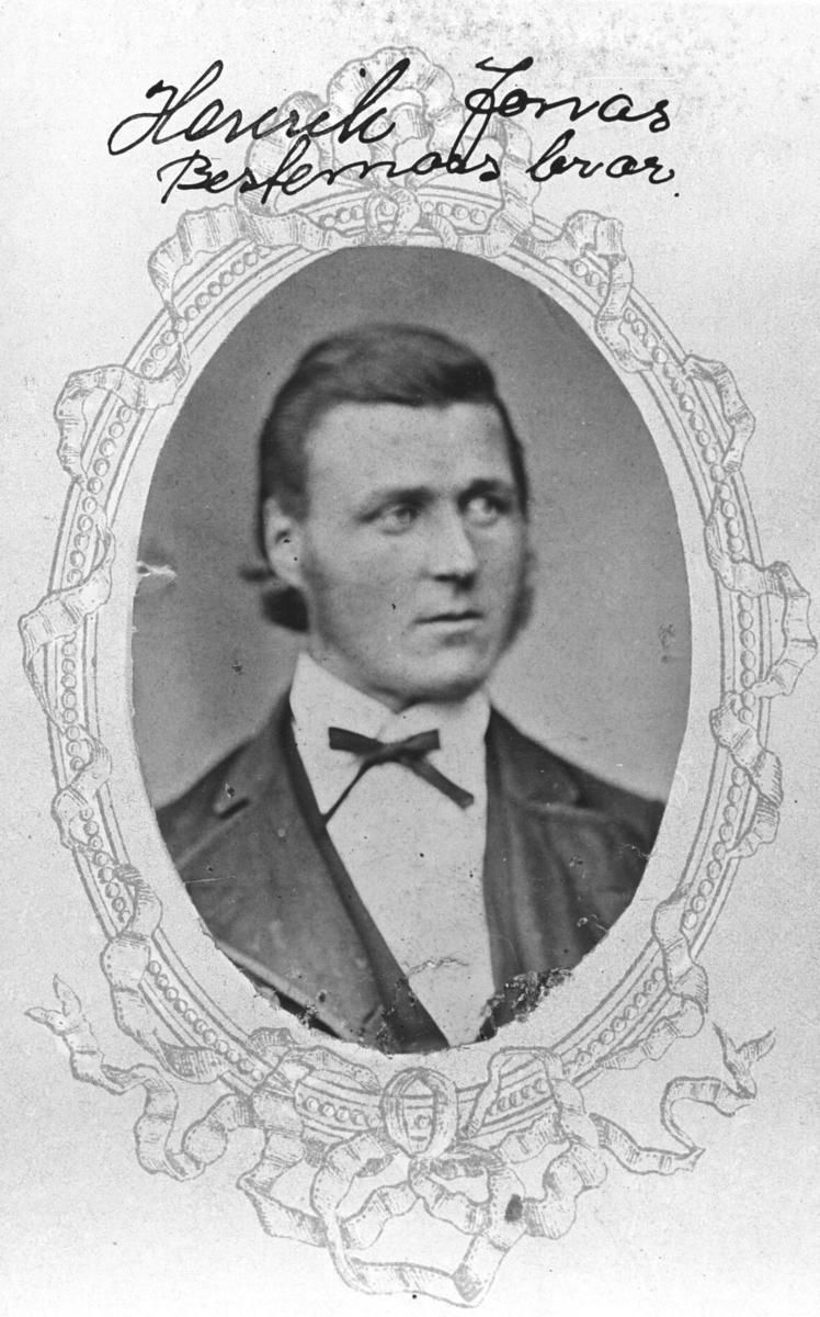 Portrett fra en ung mann, Henrik Jonas. Bildet er klept i ovalform og limt på visitkortkartong. Rund bildet er det trygt monster