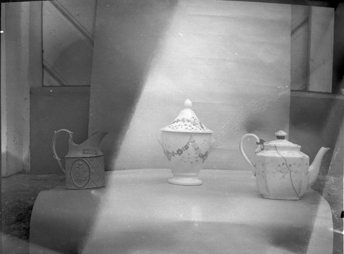 Porslinsföremål från samlingarna. Snarhögsgården  Åmål