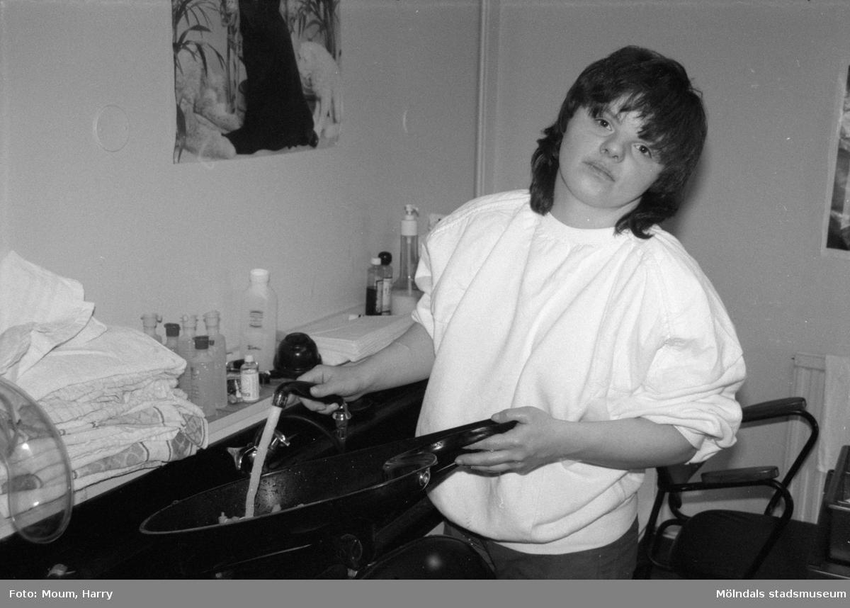 """Sabina Cavdar från Sagåsens vårdhem i Kållered praktiserar på Salong Eilif i Lindome centrum, år 1985. """"Sabina gillade sitt praktikjobb. Nu väntar hon på ett riktigt jobb.""""  För mer information om bilden se under tilläggsinformation."""