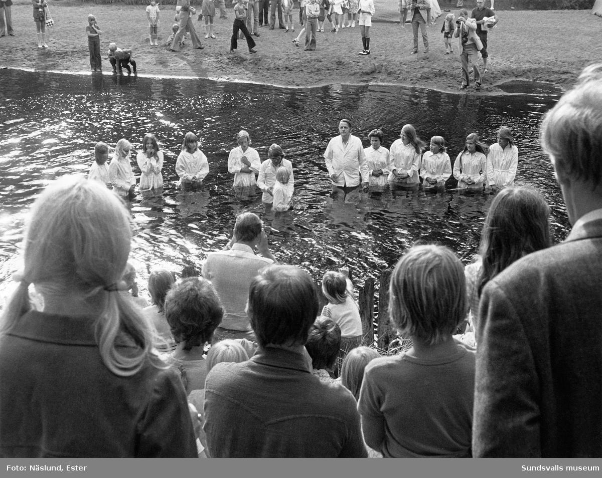Dop av tonåringar. Ceremoni inom baptistkyrkan.