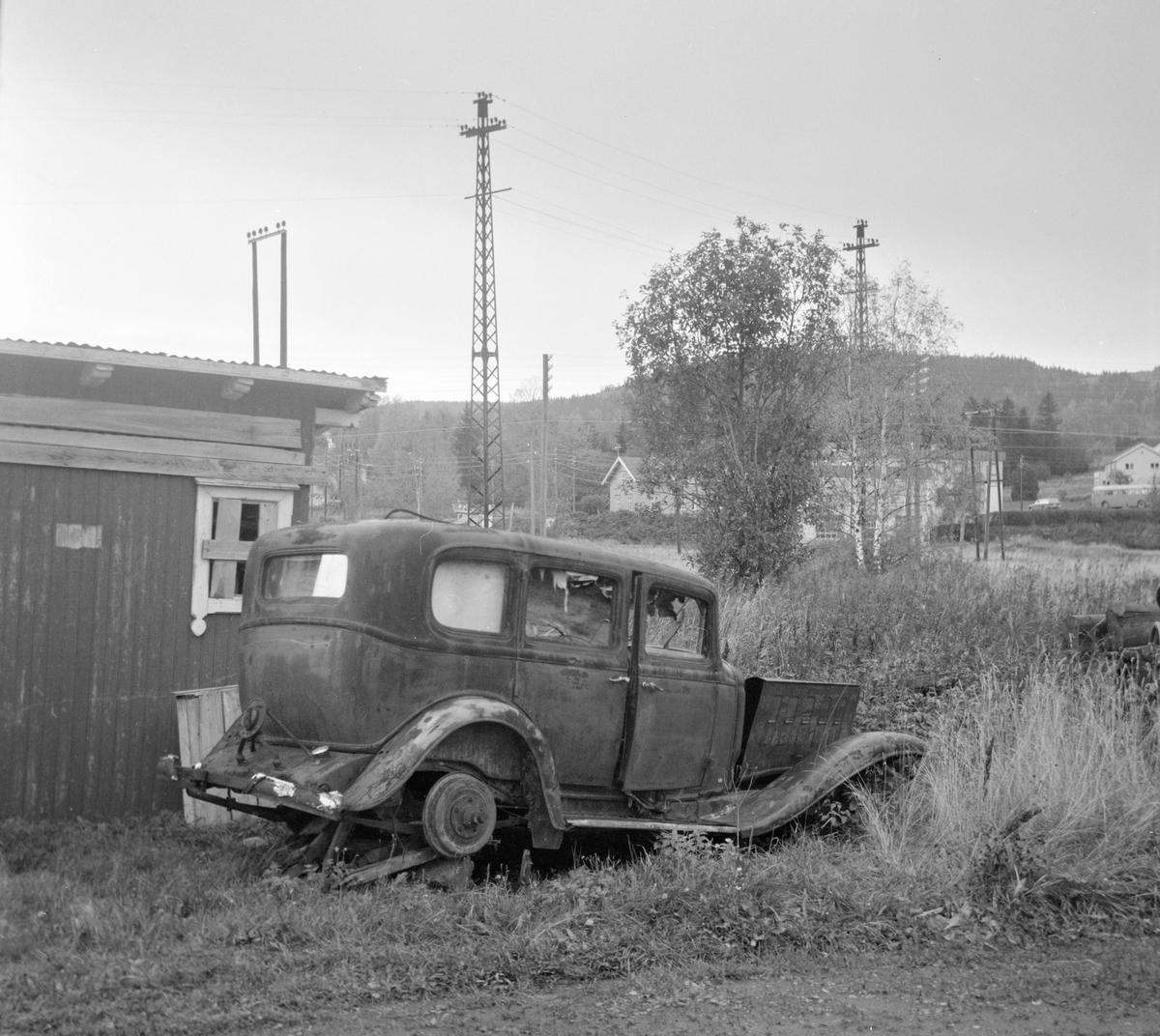 Utedo på Hof stasjon på nedlagte Tønsberg-Eidsfossbanen. I forgrunnen en Buick 1932-modell.
