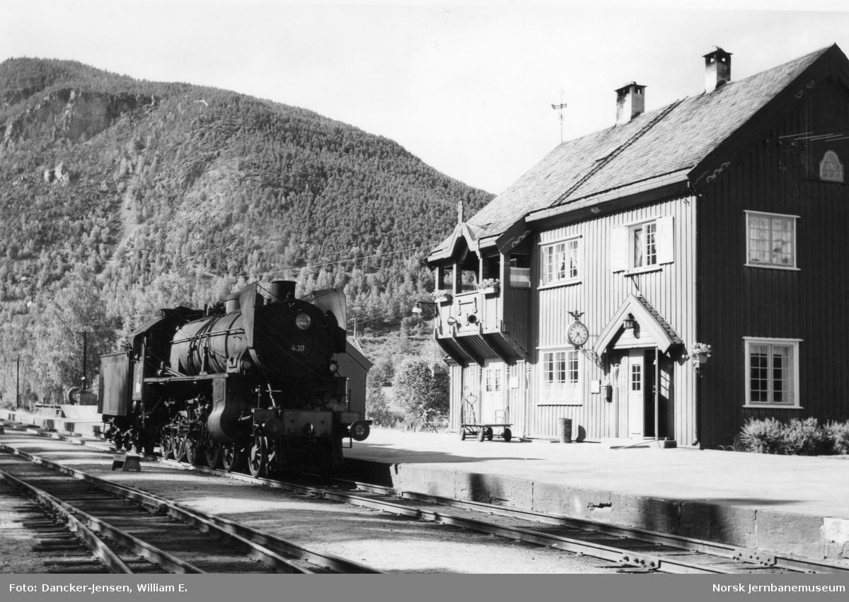 Damplokomotiv type 31b nr. 430 på Sel stasjon