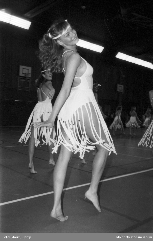 Kållereds Gymnastikförening har uppvisning i Ekenhallen i Kållered, år 1985.  För mer information om bilden se under tilläggsinformation.
