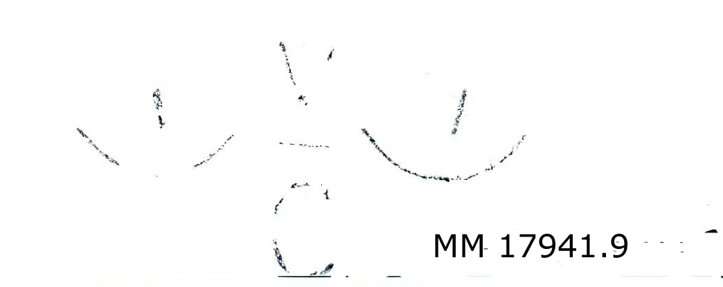 Stämplar av mässing, vissa gängade till träskaft. Olika format, samtliga försedda med kronostämpel, typ kattfot på vardera sida om bokstäverna. Spår av röd färg. MM 17941.9 : V placerat ovanför C med streck mellan.