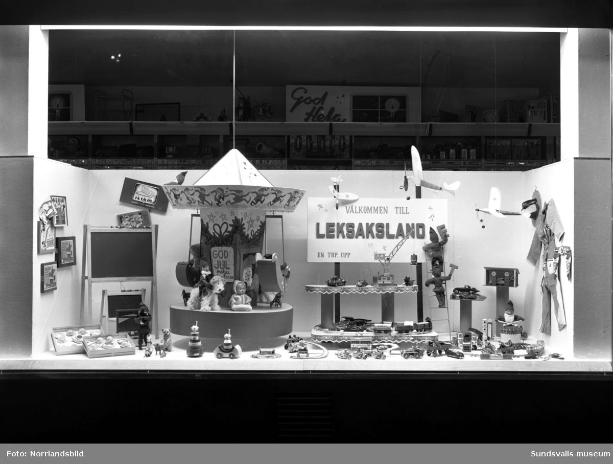 Skyltfönster hos Lindgrens järnhandel. Julskyltning med husgeråd, sportartiklar, leksaker.