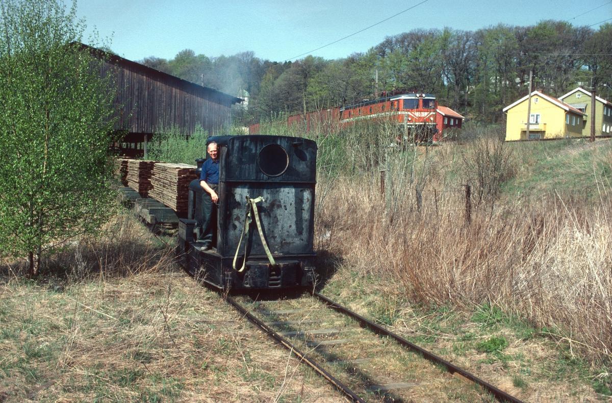 Tog på bruksbanen til Saugbrugs, Halden, (Norske Skog Saugbrugs). Normalspor. Diesellokomotiv Deutz type OMZ122F, byggenummer 46499 - bygget 1942. Opprinnelig 600mm sporvidde.