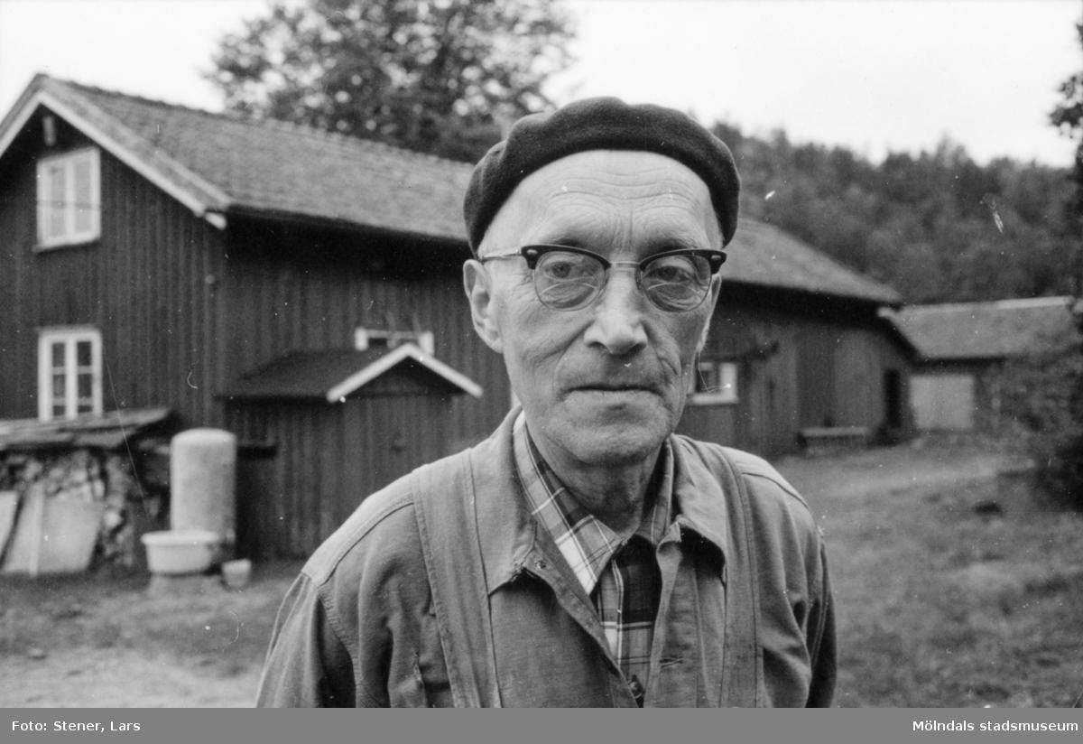 """Snickaren """"Elis på Holmen"""". Stor tillverkare av Göteborgsstolen. Gjorde ett dussin åt gången. 92 år gammal bodde han på S:t Jörgen i Göteborg."""