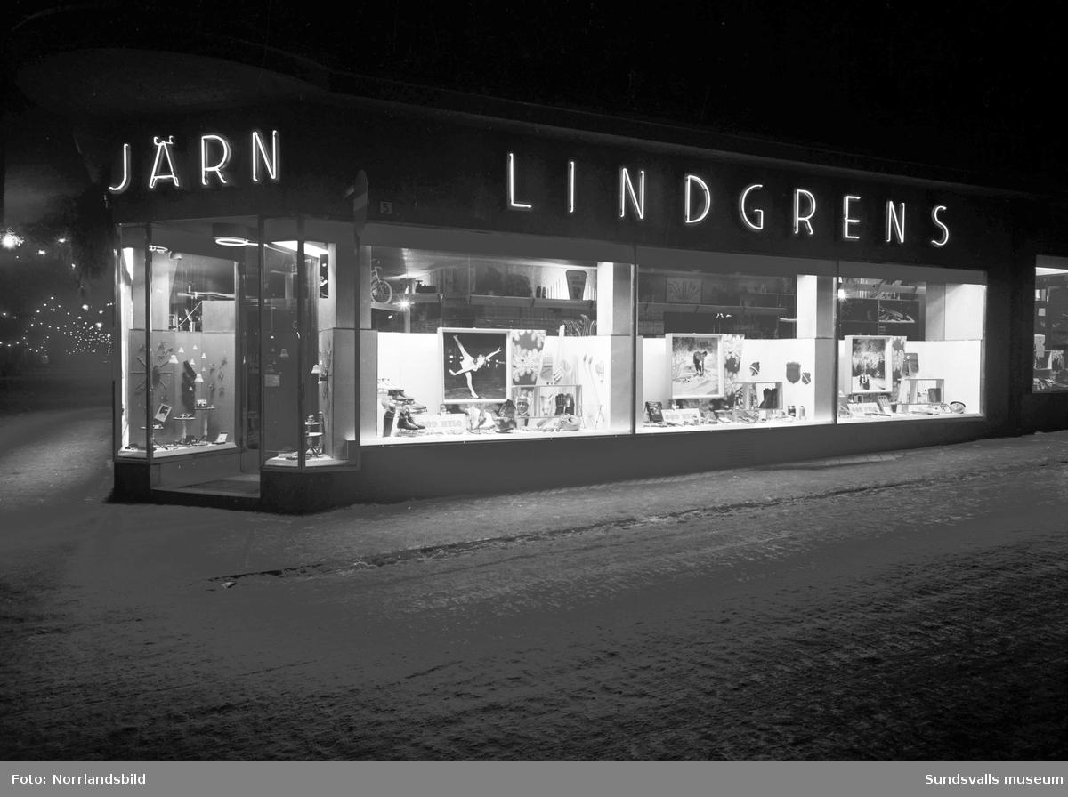 Julskyltat i fönstren hos Lindgrens järnhandel.
