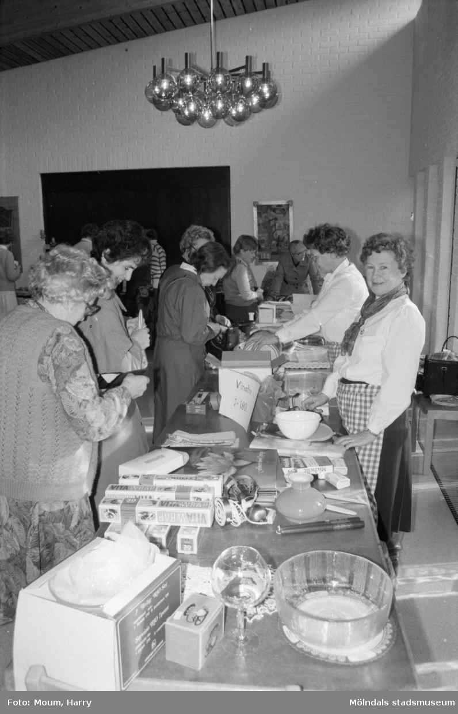 """Röda Korsets vårbasar i Församlingscentrum i Lindome, år 1985. """"Röda Korsets vårbasar i Lindome var mycket välbesökt.""""  För mer information om bilden se under tilläggsinformation."""