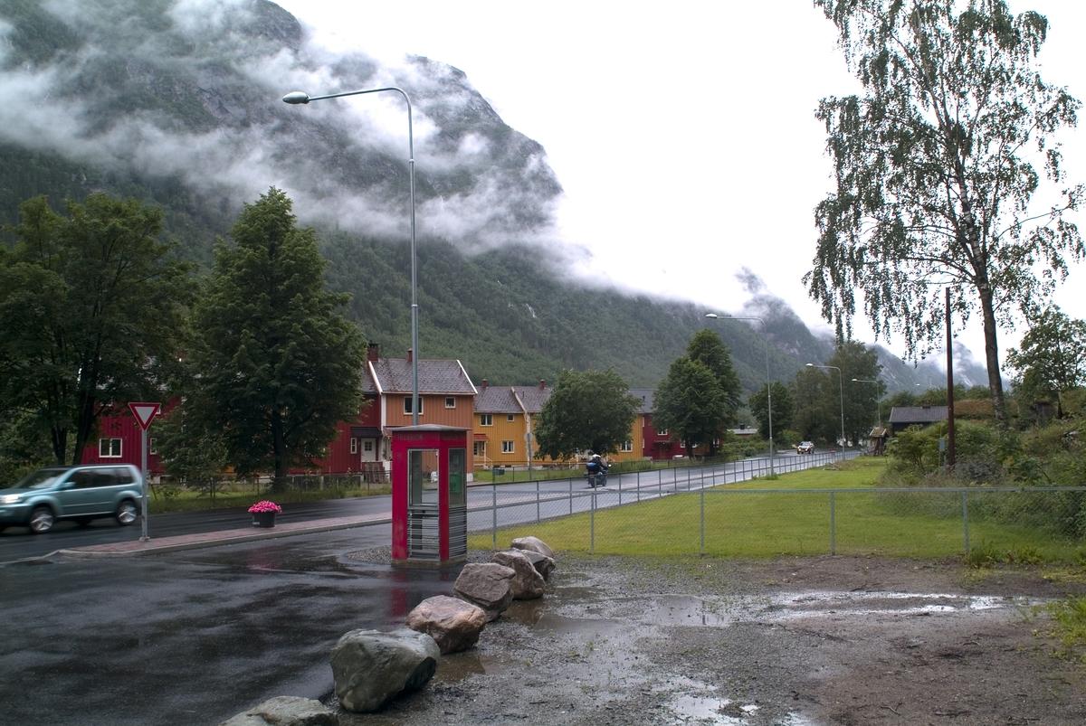Denne telefonkiosken står ved Tinn museum i Rjukan, og er en av de 100 vernede telefonkioskene i Norge. De røde telefonkioskene ble laget av hovedverkstedet til Telenor (Telegrafverket, Televerket).  Målene er så å si uforandret.  Vi har dessverre ikke hatt kapasitet til å gjøre grundige mål av hver enkelt kiosk som er vernet.  Blant annet er vekten og høyden på døra endret fra tegningene til hovedverkstedet fra 1933. Målene fra 1933 var: Høyde 2500 mm + sokkel på ca 70 mm Grunnflate 1000x1000 mm. Vekt 850 kg. Mange av oss har minner knyttet til den lille røde bygningen. Historien om telefonkiosken er på mange måter historien om oss.  Derfor ble 100 av de røde telefonkioskene rundt om i landet vernet i 1997. Dette er en av dem.