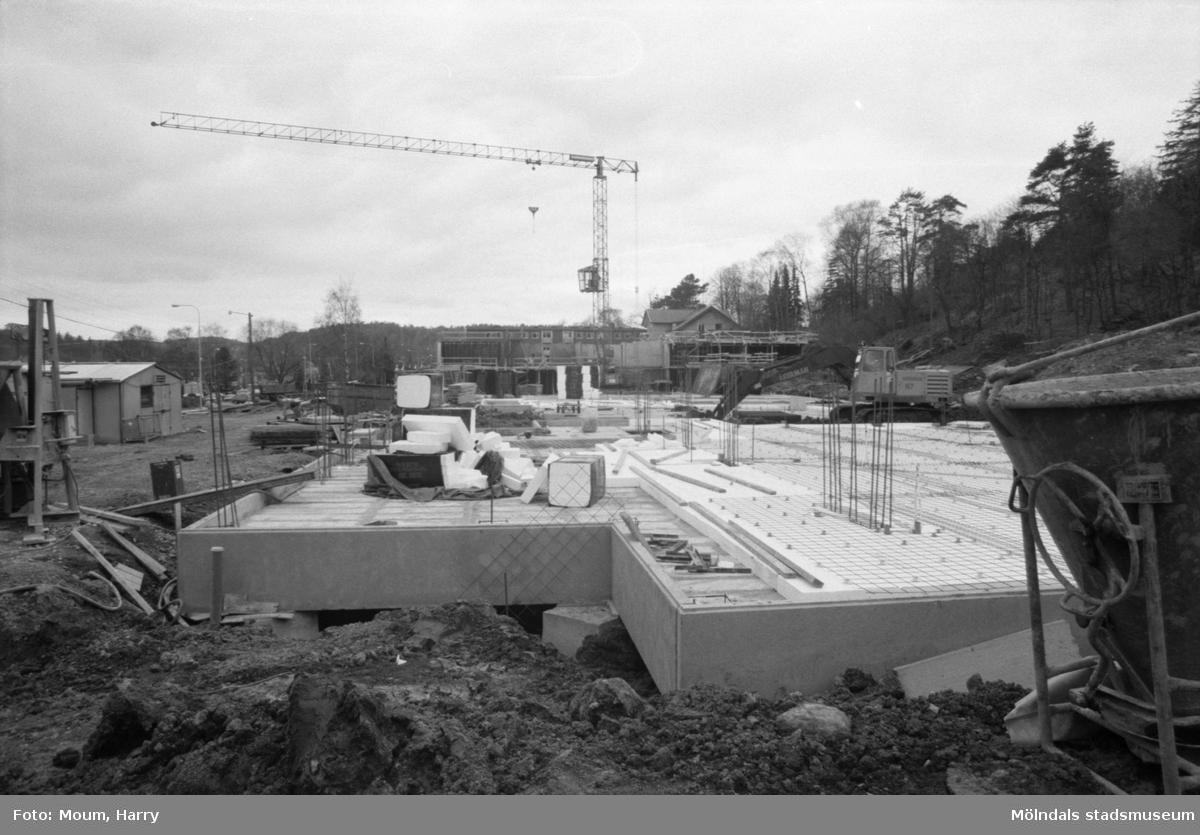 Servicehuset Brattåsgårdens äldreboende i Kållered under byggnation, år 1985. Fotografi taget av Harry Moum, HUM, Mölndals-Posten.