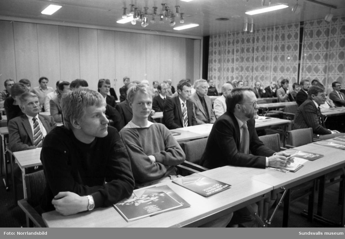 Nordisk Tidningsplåt AB har informationsträff på OK Motorhotell (Folkets hus, Aveny) i Sundsvall. Bland deltagarna syns bland andra Nils Wide och Anders Edlund från Sundsvalls Tidning.