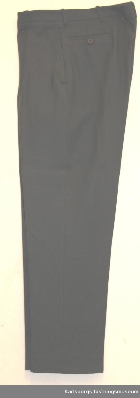 Storlek: 152 Långbyxa m/1960 - övlt. Signal - tillverkas av stålgrått respektive frönt tyg.. Storlek C 152. Byxorna är försedda med förlängt löst midjeband med knapp och knapphåll, blixtlås i gylf. Samtliga byxor är försedda med sid- och bakfickor, varav de senare med knapp och knapphälla. Byxorna har hällor för livrem med saknar hängselknappar. Blixtlås i gylf skall vara av metall.