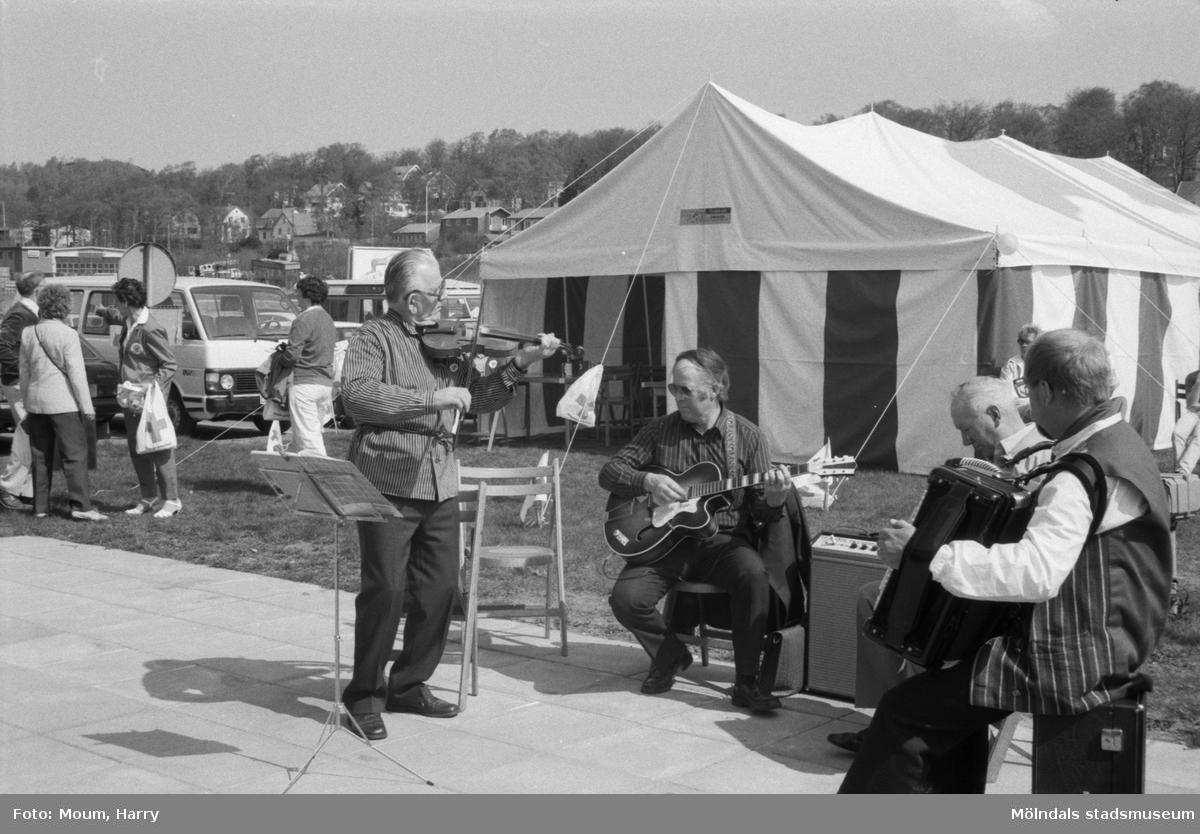 """Röda Korset startar upp sin 1 miljon trädkampanj utanför IKEA i Kållered, år 1985. """"Kållereds spelmanslag spelade upp vid trädkampanjen.""""  För mer information om bilden se under tilläggsinformation."""