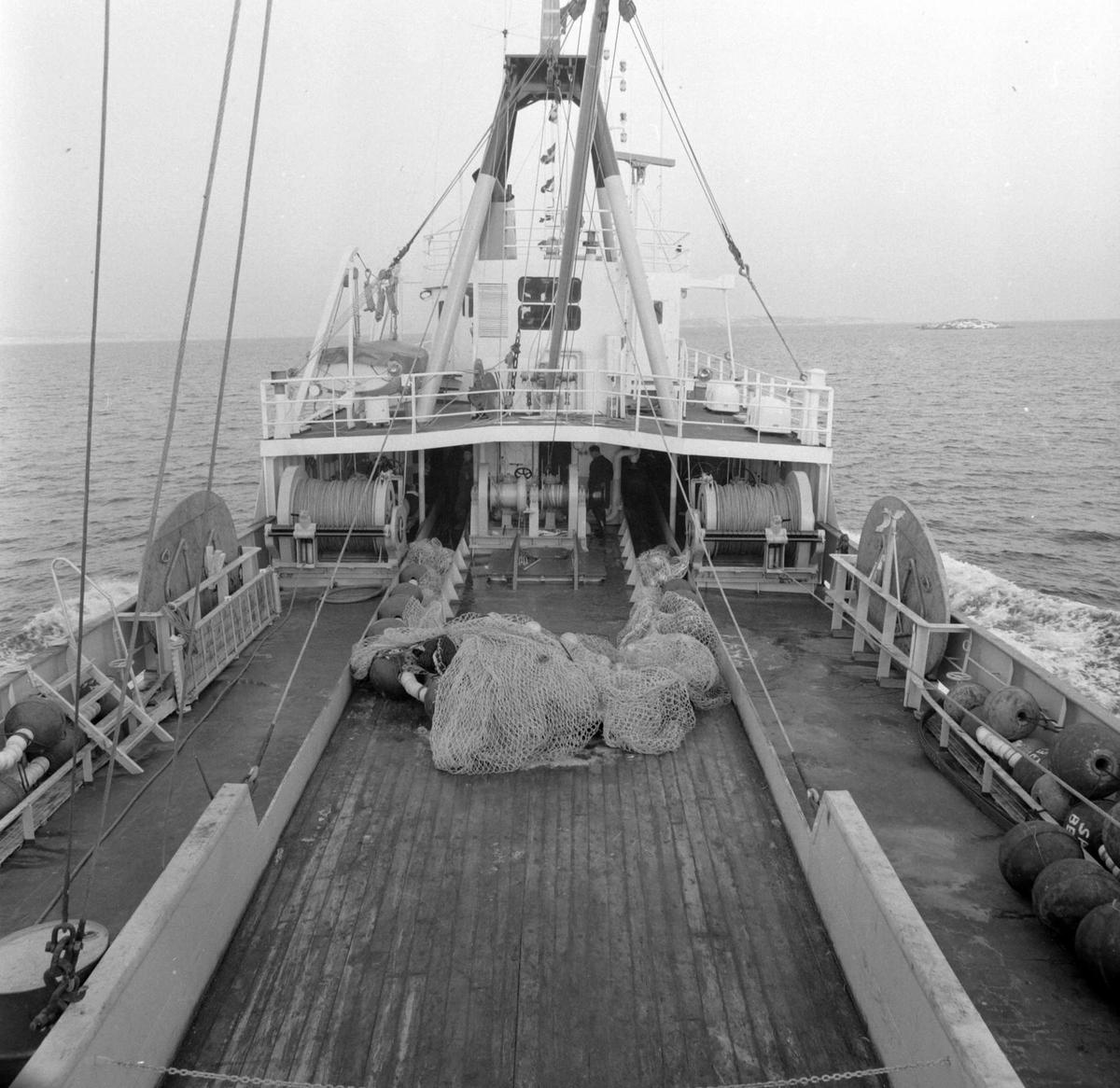 """Parti av dekket ombord på hekktråleren """"Kågtind""""."""
