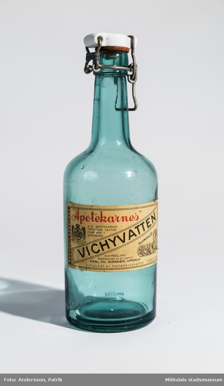 Glasflaska med porslings kork från Apotekarnes, tidigare innehåll Vichyvatten. Tillverkad av Kallebäcksvatten.