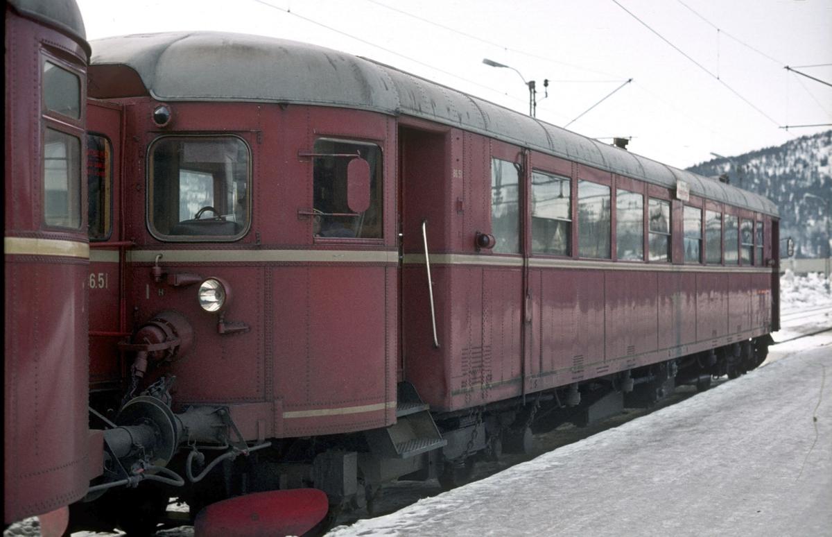 NSB dieselmotorvogn BM 86 51 på Kongsberg stasjon i tog til Rødberg, Numedalsbanen.