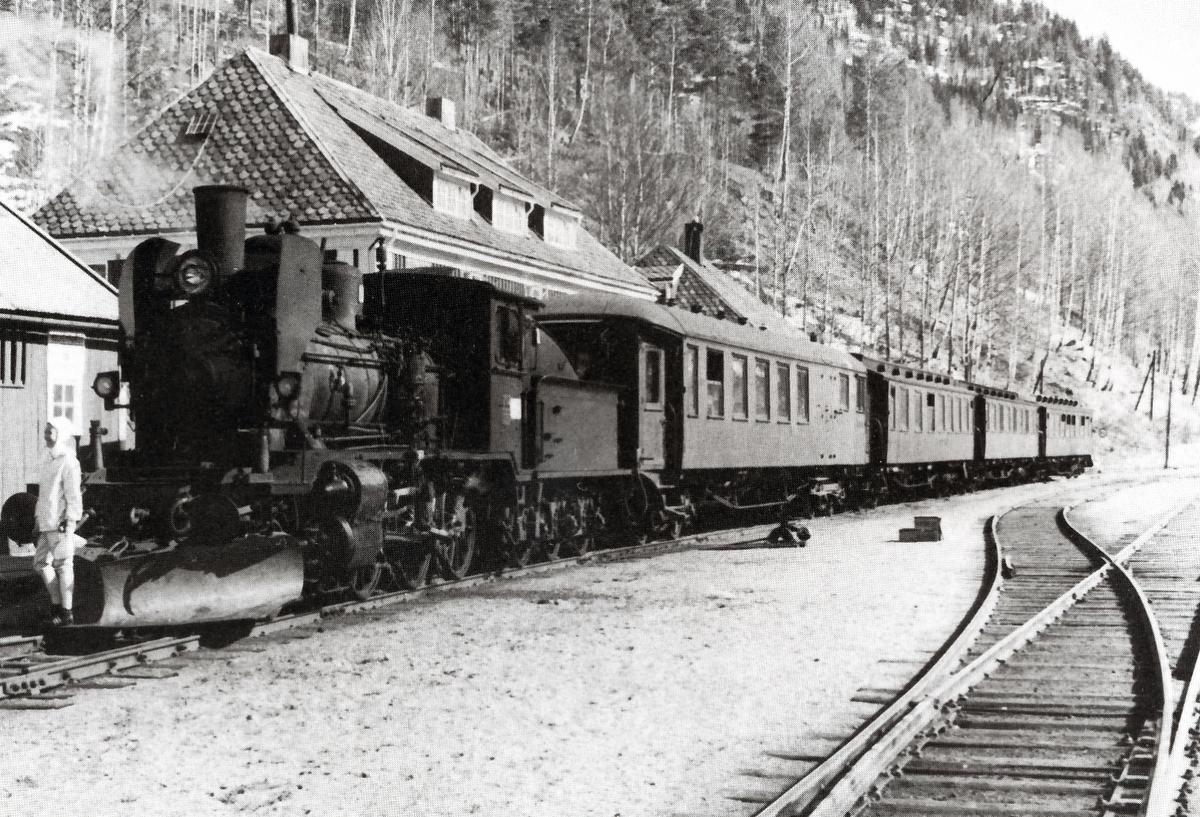 Påsketog med damplok 21e nr. 207 på Rødberg stasjon. Dette er siste persontog som ble fremført med damplokomotiv på Numedalsbanen.