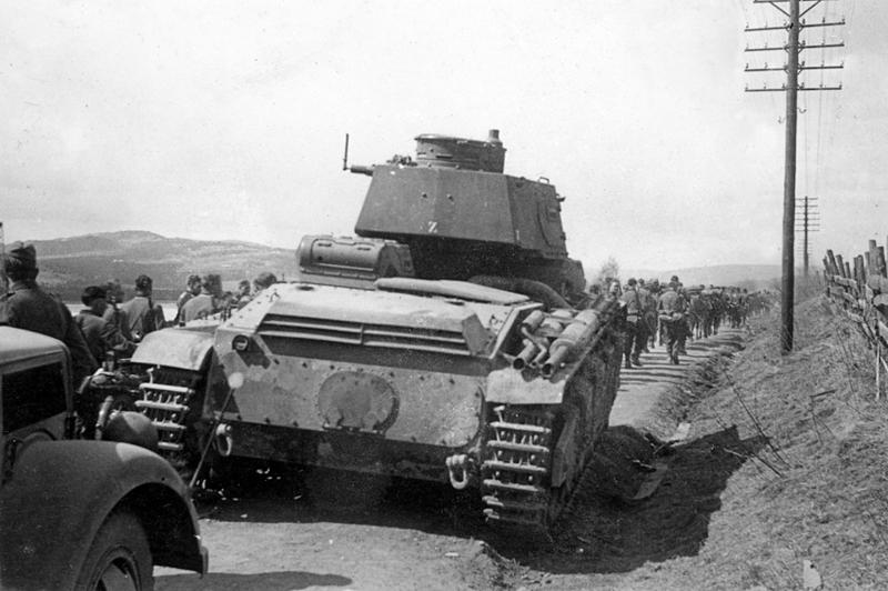 Tysk infanteri på vei nordover etter kampen på Lundehøgda. En tysk Neukampfwagen i vegkanten. Foto, Øyvind Leonsens billedsamling.