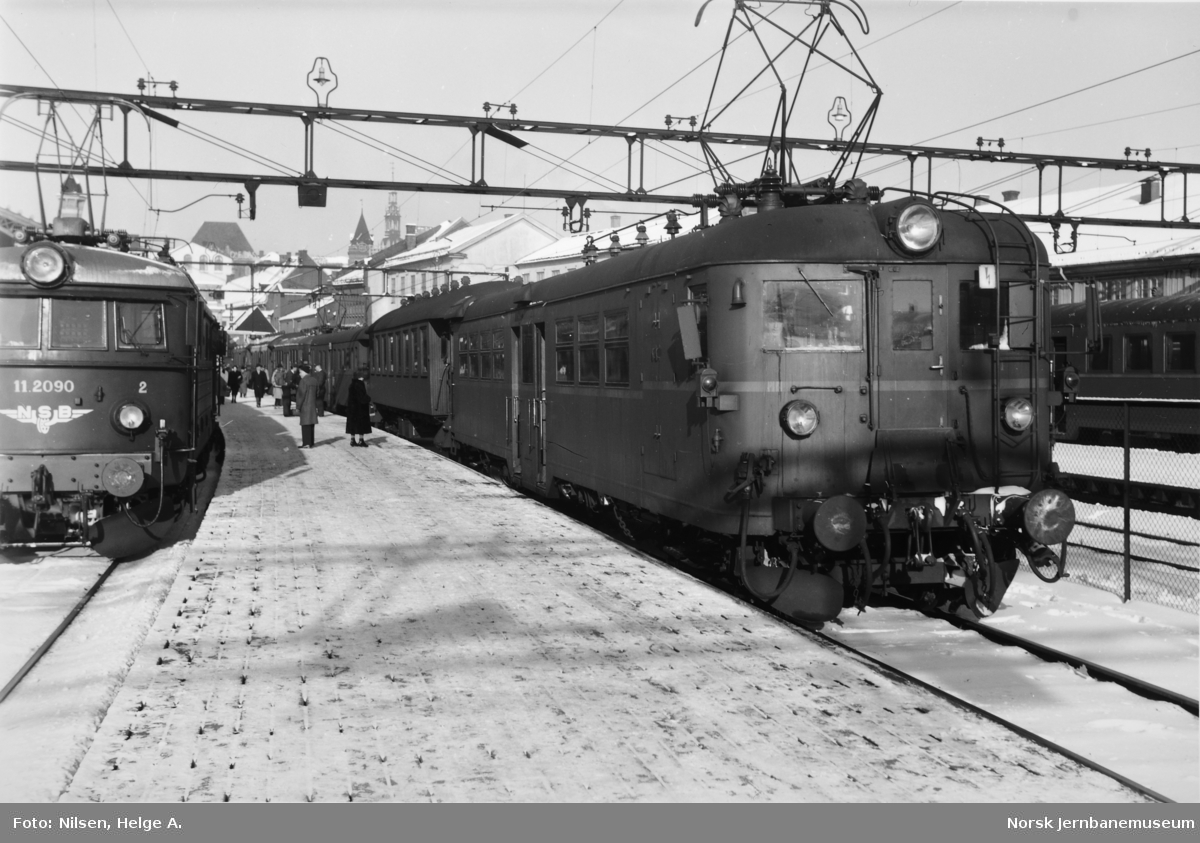Elektrisk motorvogn type 105c (65c) i tog på Oslo Ø