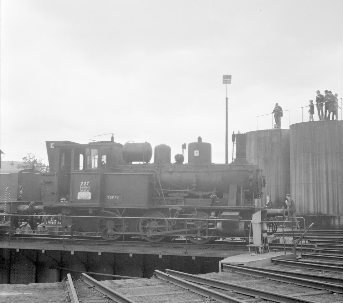 Damplok 25a 227 på svingskiva ved lokstallen på Hamar.