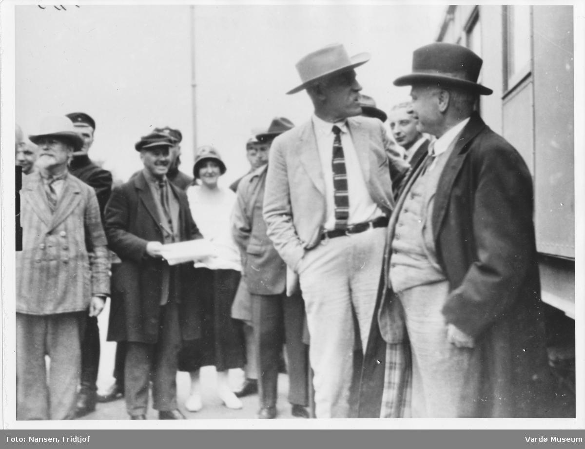 Fridtjof Nansen blir tatt i mot av Maksim Litvinov på en jernbanestasjon i Moskva 1928.