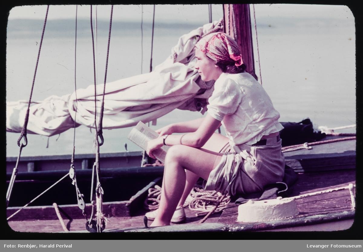 Portrett av kvinne i seilbåten til Harald Renbjør.