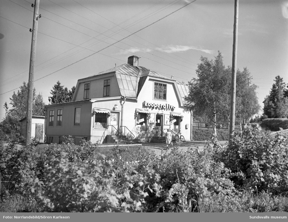 Konsumbutik i Huggsta, Johannedal, vid korsningen Berghemsvägen-Kämpevägen. Fastigheten, 1:45, är numera (2015) bostadshus.