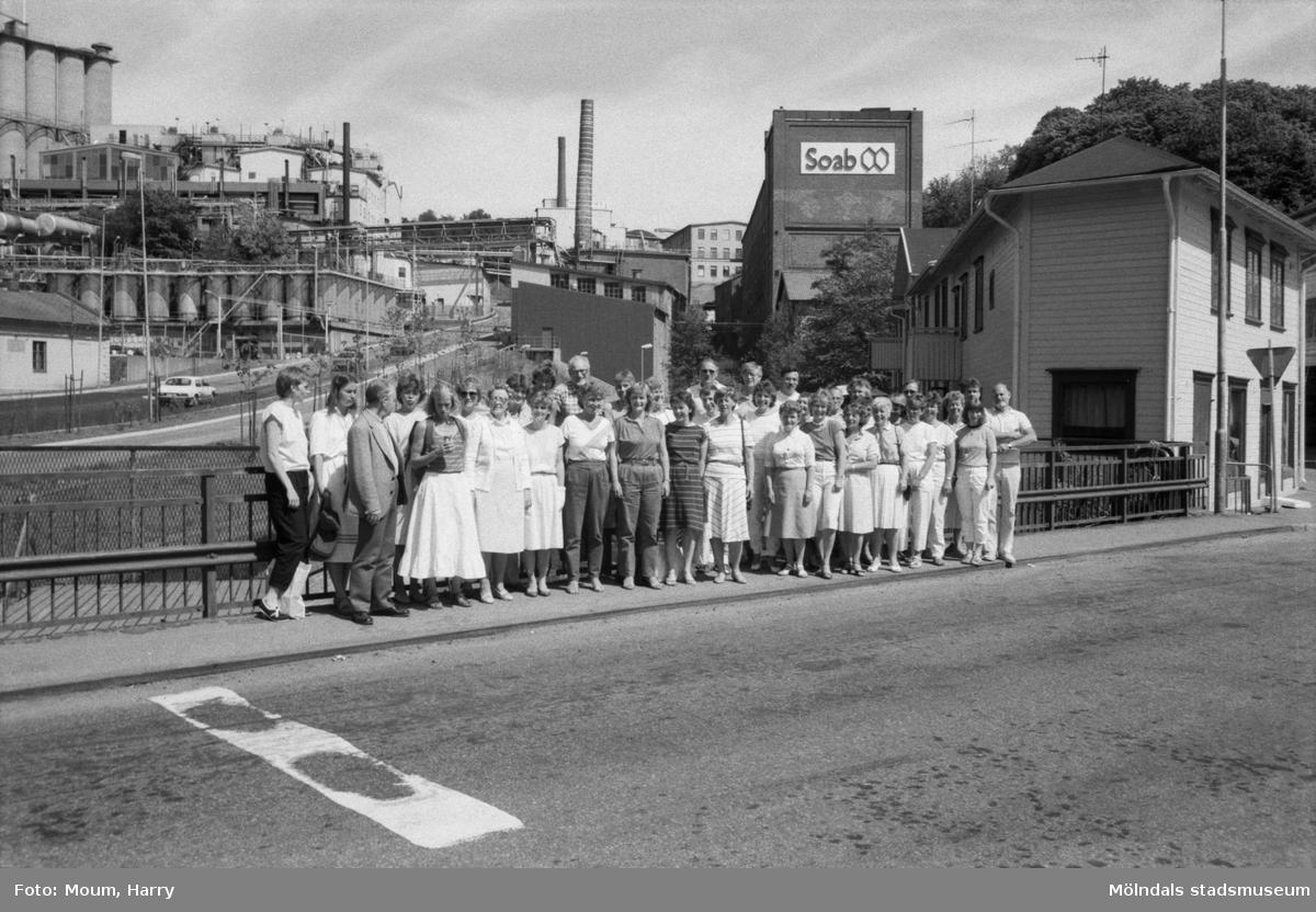 Mölndals Körsällskap fotograferade på Forsebron i Mölndal, år 1985.  För mer information om bilden se under tilläggsinformation.