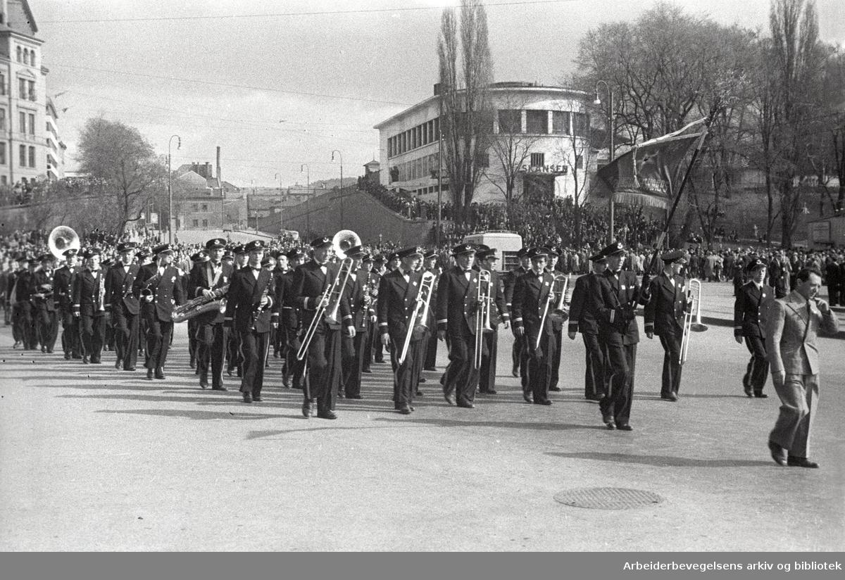 1. mai 1946, demonstrasjonstog med musikkorps i spissen ved Skansen.