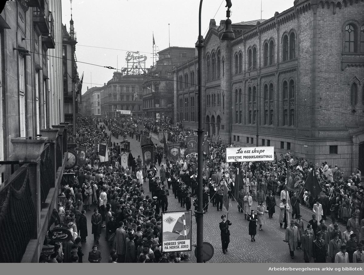 1. mai 1948, demonstrasjonstoget på Karl Johans gate. Parole: La oss skape effektive produksjonsutvalg.