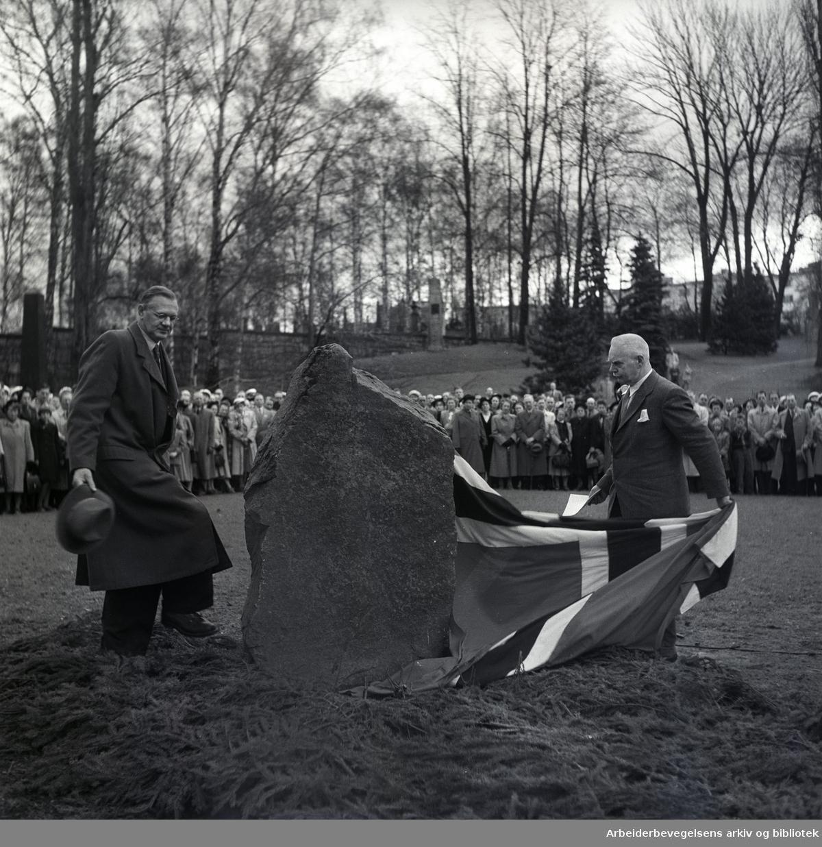 1. mai 1952, Jens Berg (til v.) og Halvdan Koht (til h.) avduker gravstein på graven til Marcus Thrane på Vår Frelsers gravlund.