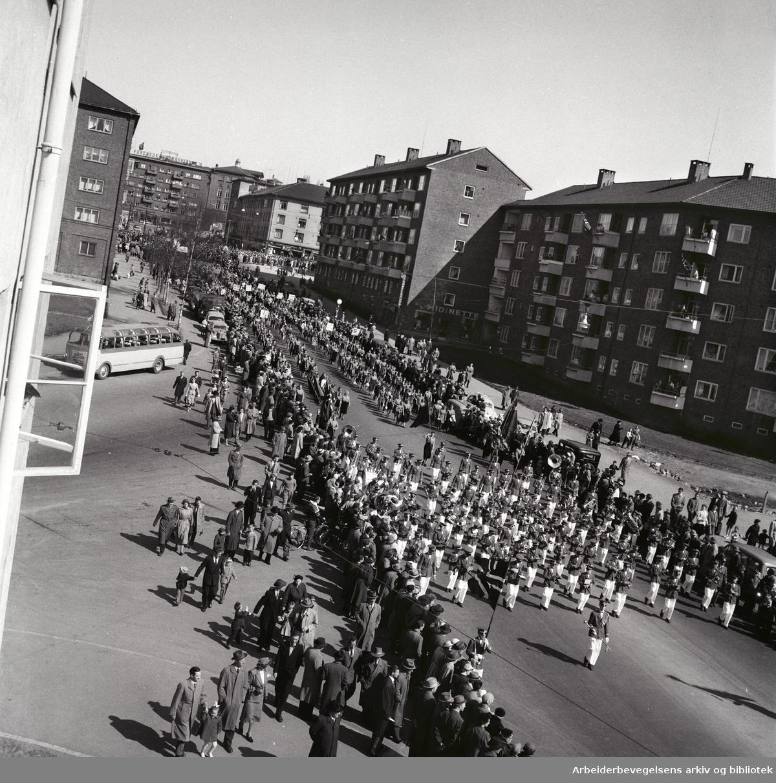 1. mai 1956 i Oslo.Framfylkingen i tog fra i Finnmarksgata til stevne på Jordal Amfi..