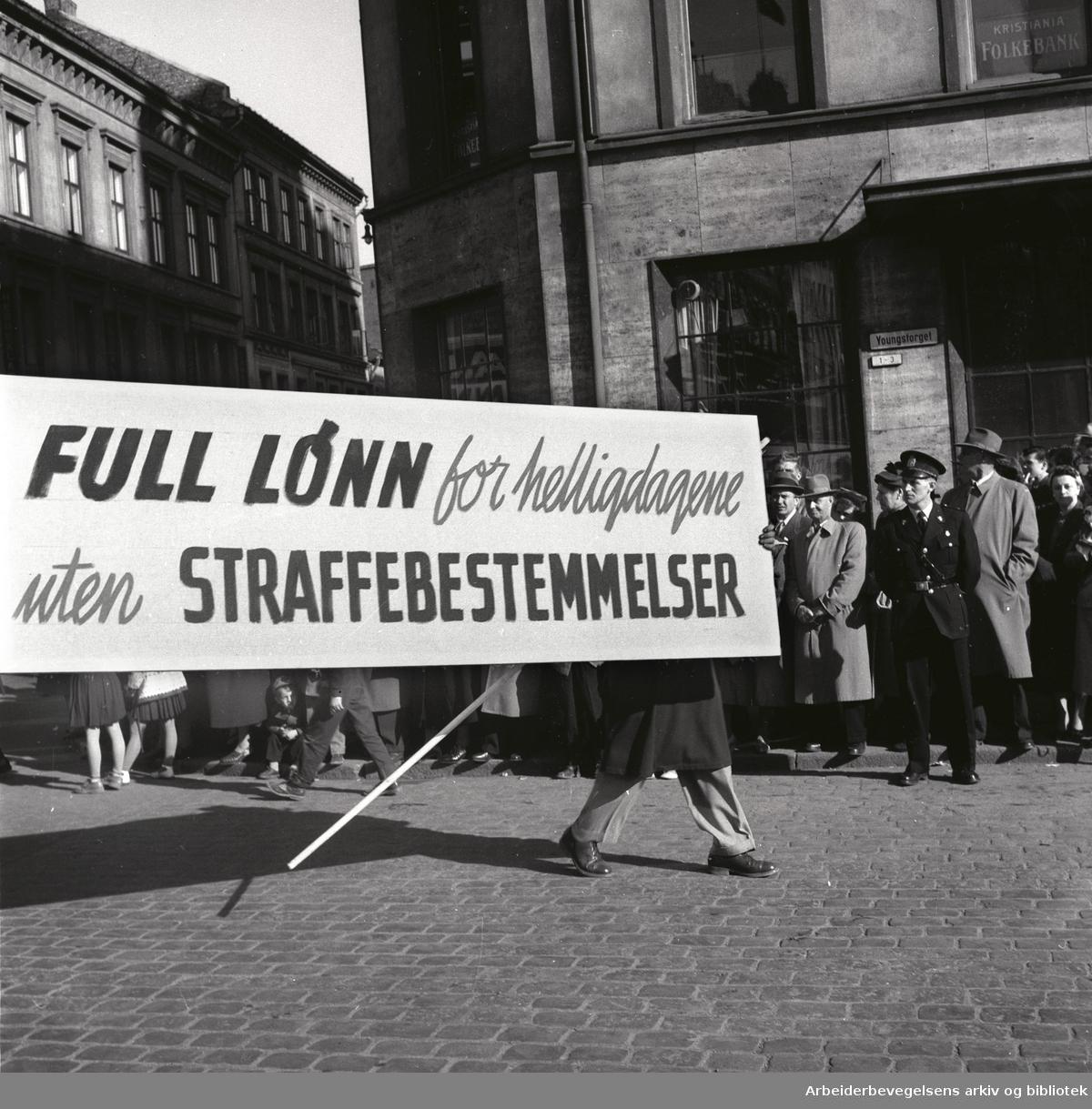 1. mai 1956, demonstrasjonstoget på Youngstorget. Parole: Full lønn for helligdagene uten straffebestemmelser.