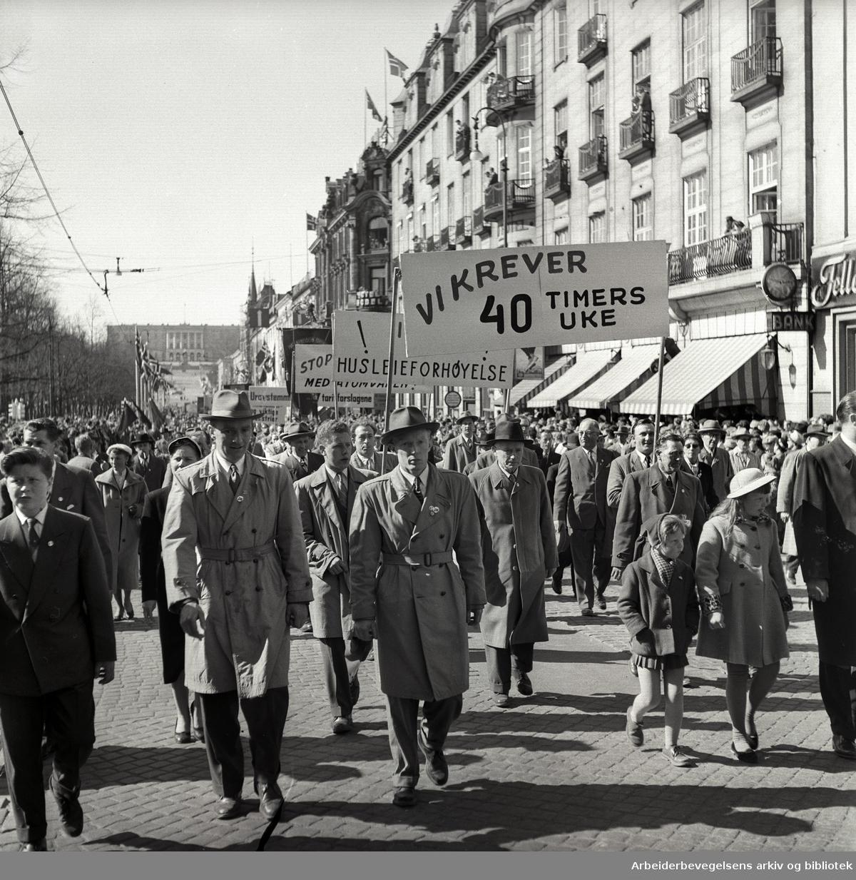 1. mai 1957 i Oslo.Demonstrasjonstoget på Karl Johans gate.Parole: Vi krever 40 timers uke.