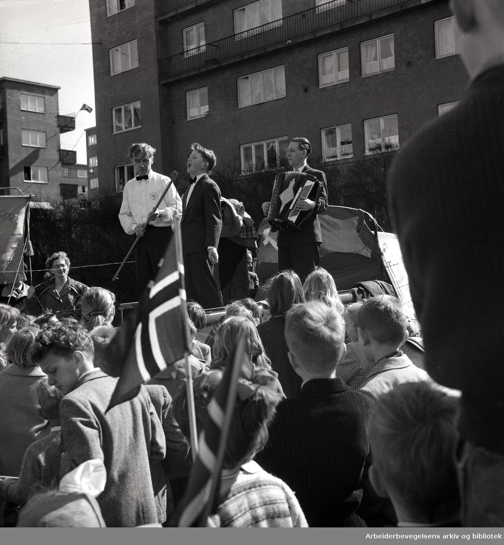 """1. mai 1958 i Oslo.På Sinsen.Arild sang """"Eventyrvisa""""..."""