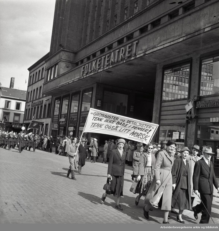 1. mai 1958, Youngstorget. Parole: Grossister og Detaljister - tenk ikke bare i penger! Tenk også litt norsk.