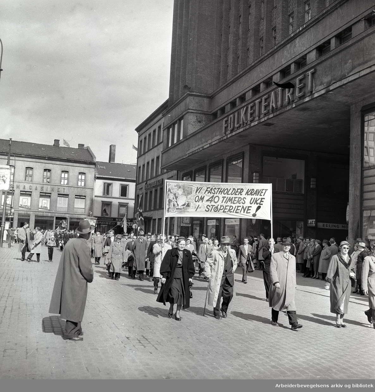 1. mai 1958, Youngstorget. Parole: Vi fastholder kravet om 40-timers uke i støperiene!